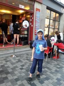 Eisshake vor dem Cafe Paradis